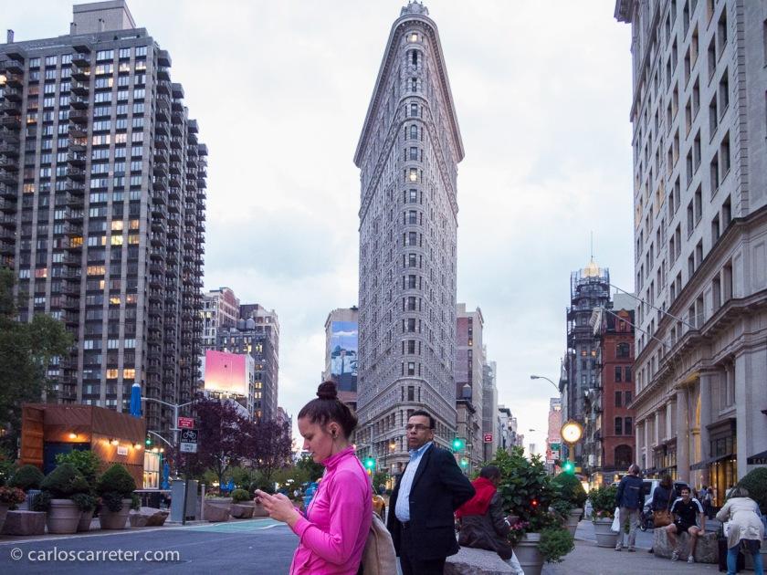 Ahora que tengo reciente el viaje a Nueva York, y teniendo en cuenta lo frecuente que es que esta ciudad sea el escenario de las series americanas, me paso la serie identificando lugares. Porque suelen tirar de escenarios emblemáticos para las series. Como el Flatiron en el cruce entre Broadway y la 5ª Avenida.