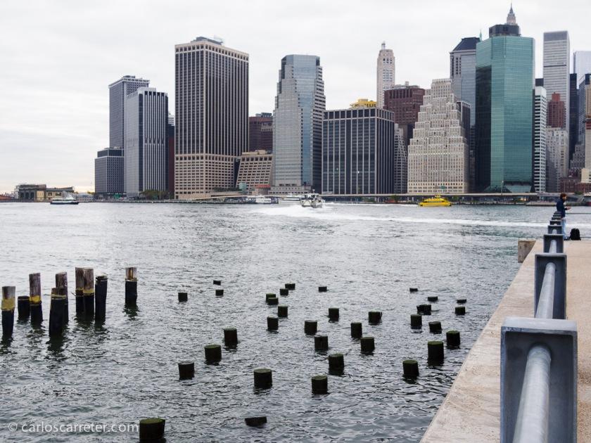 Y que no falte en un momento dado una vista de Manhattan desde la orilla de enfrente del East River, o un poco de acción en los muelles. Un clásico.