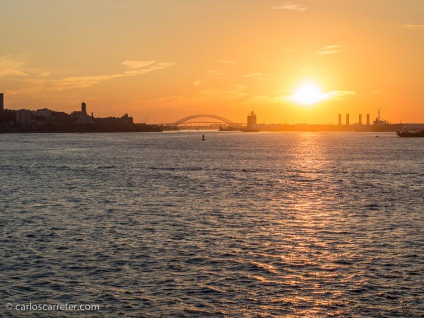 Programamos nuestro viaje en el ferry para coincidir con el ocaso, momento en que el sol que ilumina nuestras casas, se ocultó tras el horizonte en Nueva Jersey.