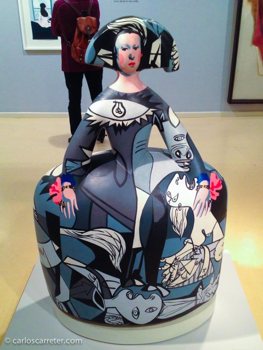 Una menina picassiana destaca entre otras obras de arte en una sala de exposiciones en la que, con carácter general, no dejan hacer fotos.