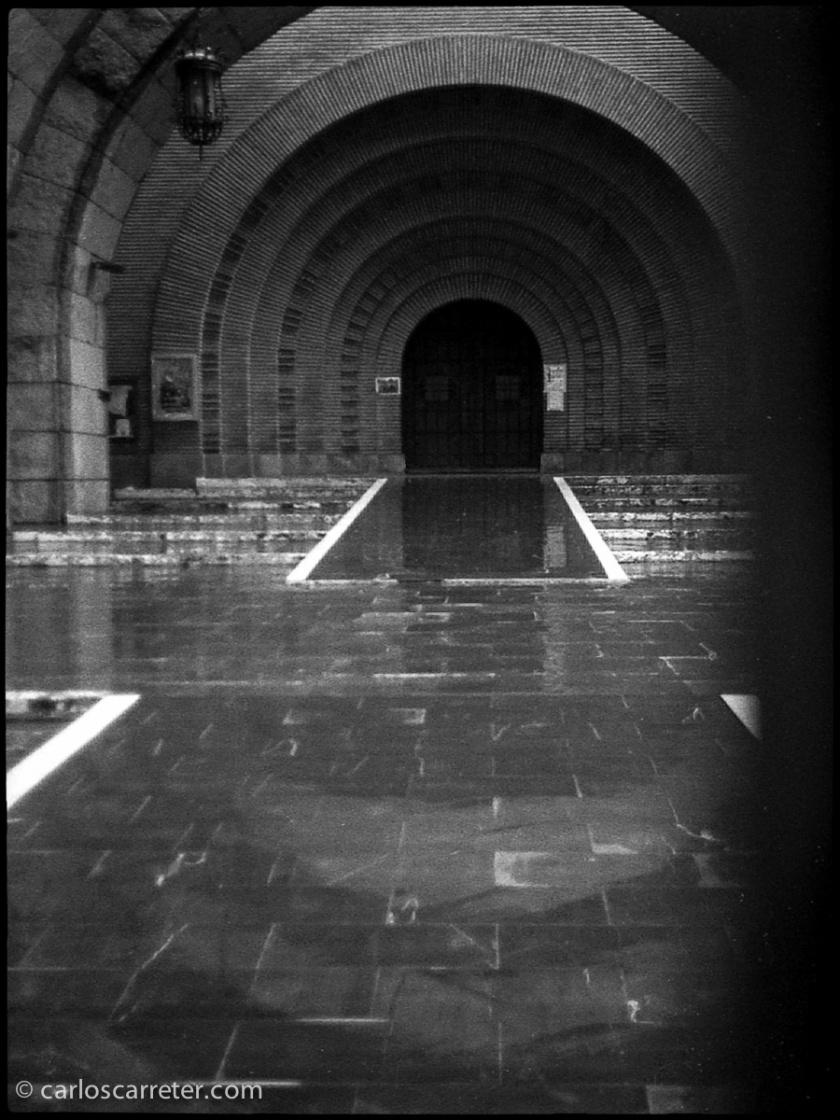 La entrada a la basílica, con escasa luz, es una prueba difícil para el muy luminoso 30/1,7 (equivalente a un 43 mm para el fotograma tradicional). Y para la latitud de exposición de la película.