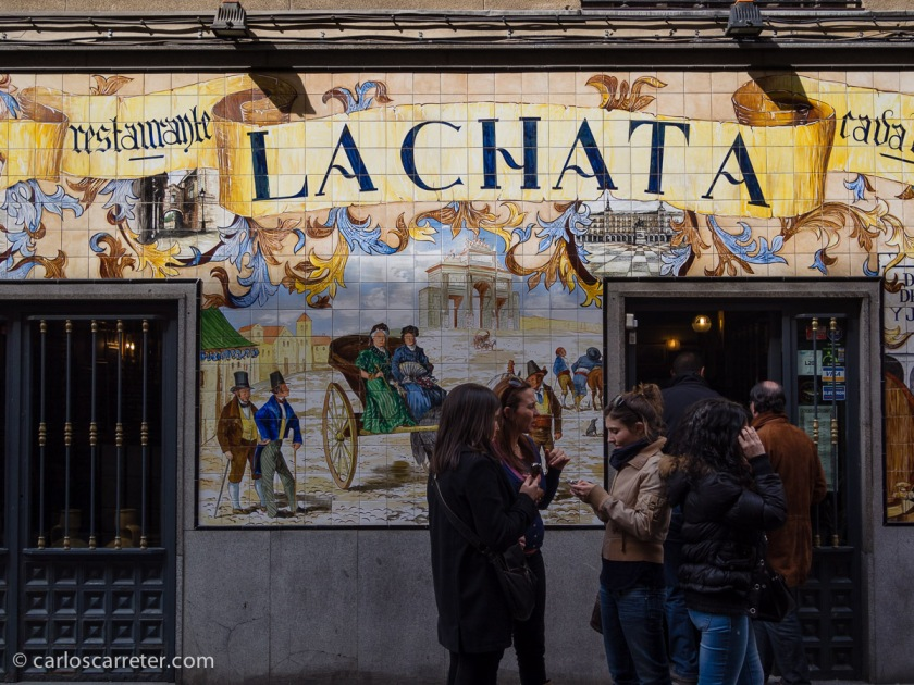 En Madrid, a principios de marzo, comimos en la calle de la Cava Baja, antes y después de ver algunas exposiciones, y después de hacerme con una estupenda Leica M2.