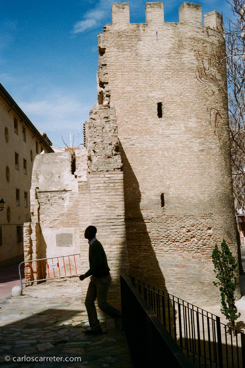 Me dejaron un Rollei 35S que saqué a pasear por Zaragoza. Y eso que la mañana estaba un poco demasiado soleada al pasar por las Tenerías.