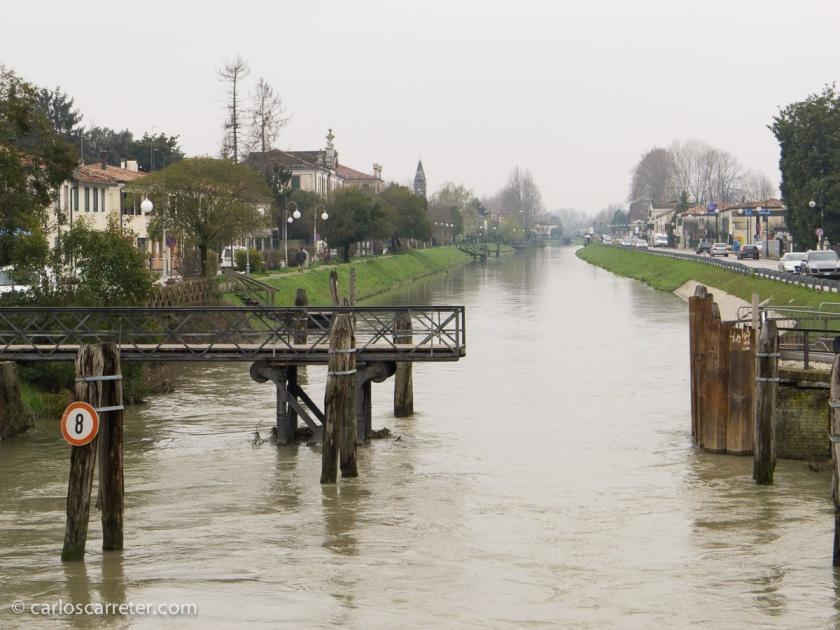 Fenomenal día de paseo en barco por el Naviglio del Brenta, viendo el paisaje, la villas y los palazzos campestres venecianos.
