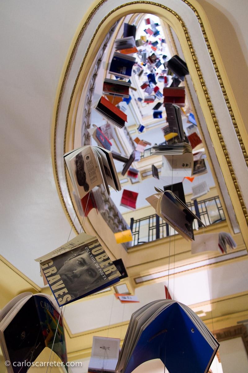 Nuevamente en Madrid en junio, para PhotoEspaña 2013, con los libros que colgaban por las escaleras del Círculo de Bellas Artes.