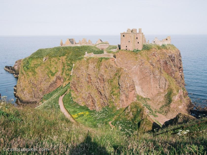 Y conquistando castillos, bien sea el de Dunnotar a orillas del mar del Norte en Stonehaven,...