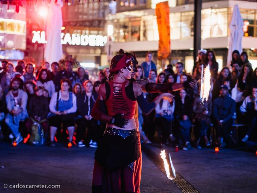 Escapada berlinesa en agosto, disfrutando de la animación callejera en Alexanderplatz.