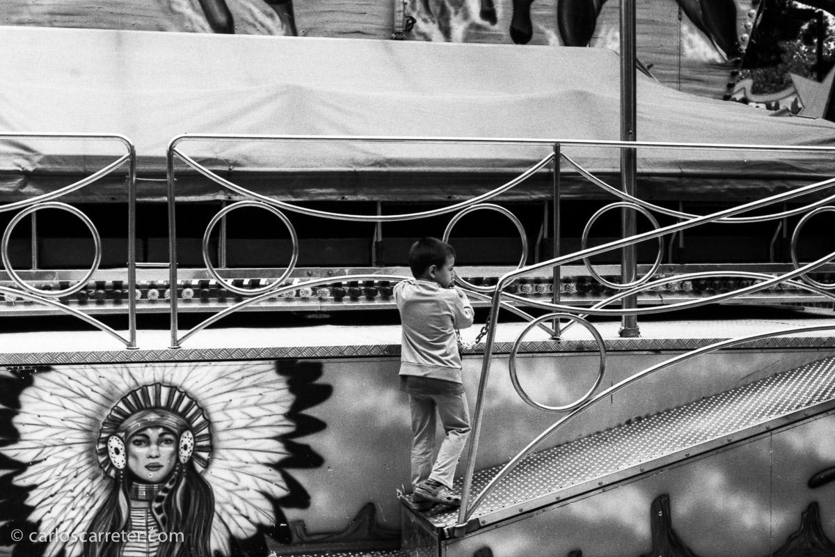 Paseo fotográfico durante las fiestas del barrio de Delicias; y opté porque la cámara principal del paseo fuera la Leica M2 con el Elmar 50/3,5. Muy divertido.