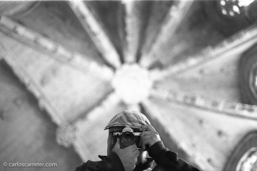 A Lérida, a pasar la mañana y ver alguna exposición me llevé una Nikon FM2 que me prestaron, y donde me autorretraté en la Seo Vieja.