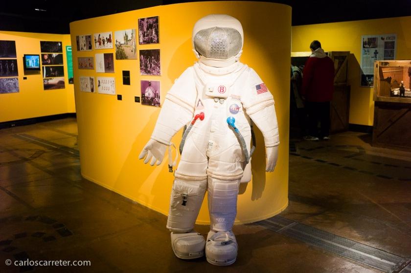 Siempre es interesante cuando hay elementos de atrezzo, más materiales, como este traje de astronauta, cuyo origen no recuerdo en este momento.