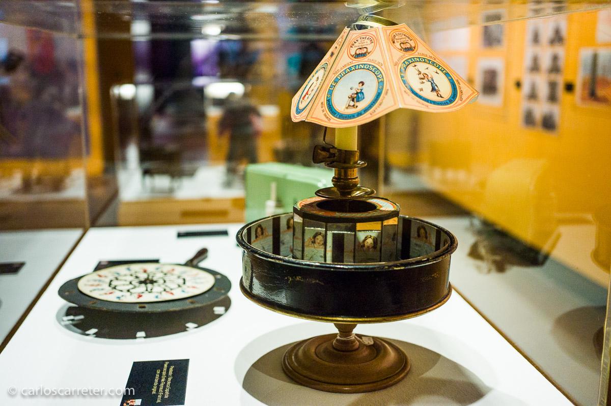 También gusta contemplar los elementos históricos, como el praxinoscopio. Aunque hubiera estado bien algún elemento de interactividad, y no urnas de no tocar.