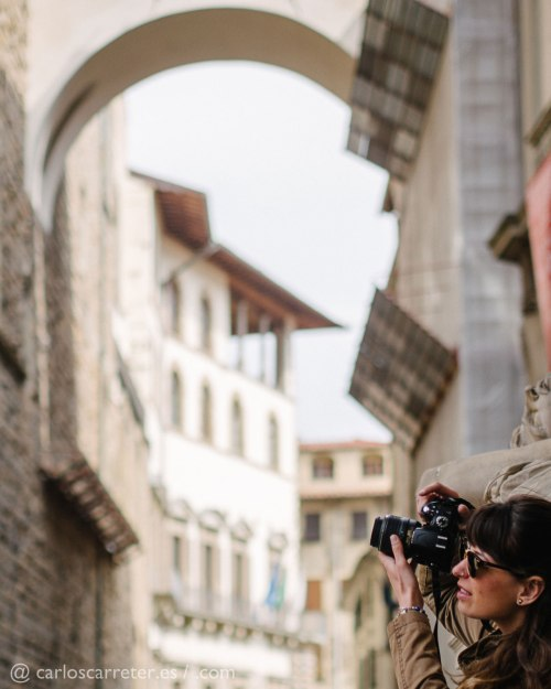 Fotografiando en la piazza de la Signoria de Florencia, hace algo más de un mes.
