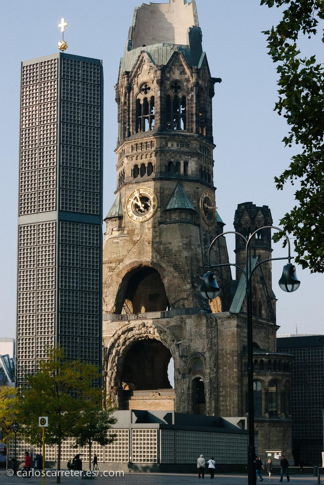 """Otro tiene que ir a Berlín,... que por cierto el color azul de los polvitos es similar a las cristaleras del """"lápiz de labios"""" y la """"polvera"""" de la Iglesia Conmemorativa."""