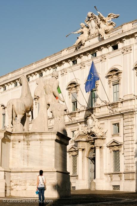"""Junto con la """"prota"""" cogen a tres """"pringaos"""" para transportar los polvitos azules misteriosos. Uno tiene que llevarlos a Roma... quien sabe, igual se los llevan al Quirinal al propio presidente de la república."""