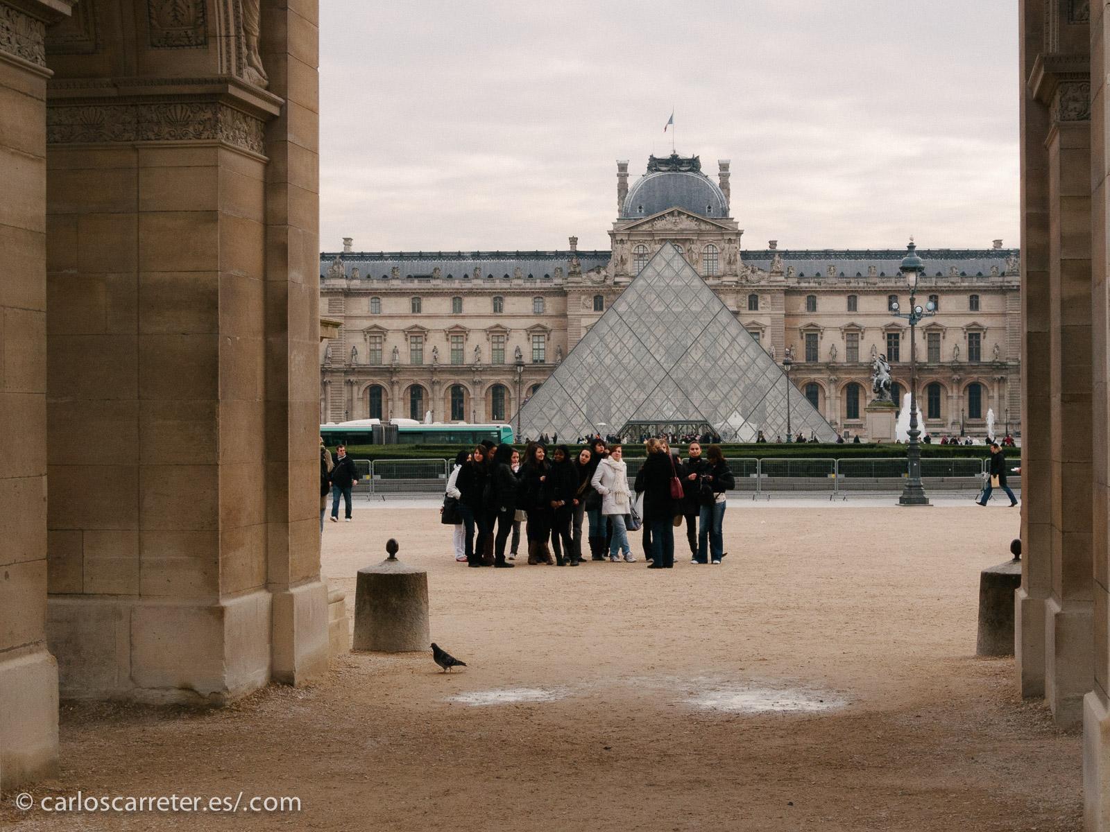 """Y el tercer pringao tenía que ir a París, que es donde acaba la """"prota"""" porque está allí el """"genio"""" del 10% del cerebro... en algún momento van atropellando a la gente por la rue Rivoli que está en el lateral de este museo, el del Louvre."""