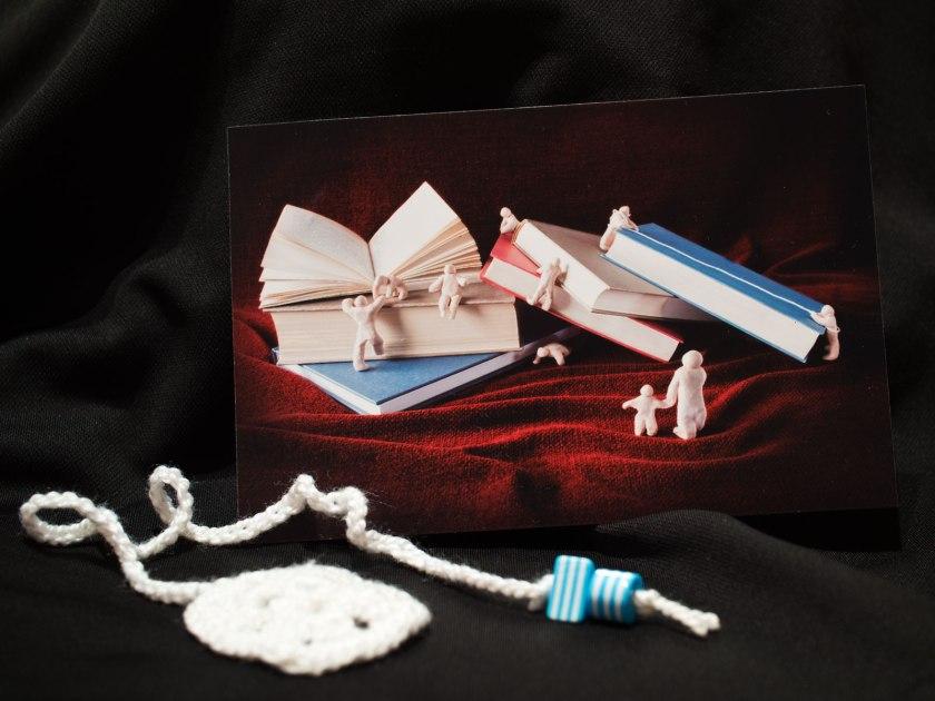 El libro me llegó con dos detalles; una fotografía realizada por Ana y un simpático marcapáginas de ganchillo