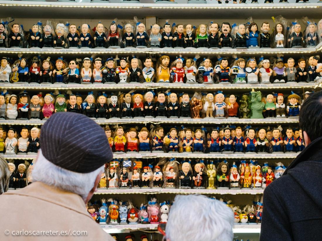Caganets a discreción en el mercadillo navideño de la plaza de la Catedral de Barcelona.