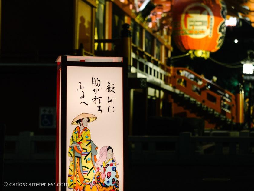Murakami utiliza a su favor como siempre la riqueza imaginativa de las mitologías tradicionales nipones, llenas de dioses y espíritus que ocasionalmente interfieren en los asuntos de los humanso; incluso si no lo presenta exactamente así, sus propuestas tienen una influencia clara de este origen.