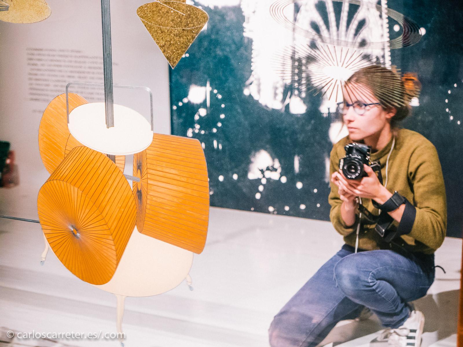 """Esta encantadora joven no la encontré en la exposición de Koons, sino en la de Marcel Duchamp; pero estuve observando un rato cómo se desenvolvía """"armada"""" de una veterana cámara réflex para película tradicional, buscando con cuidado el mejor punto de vista ante de dispara y gastar un precioso negativo de la película."""
