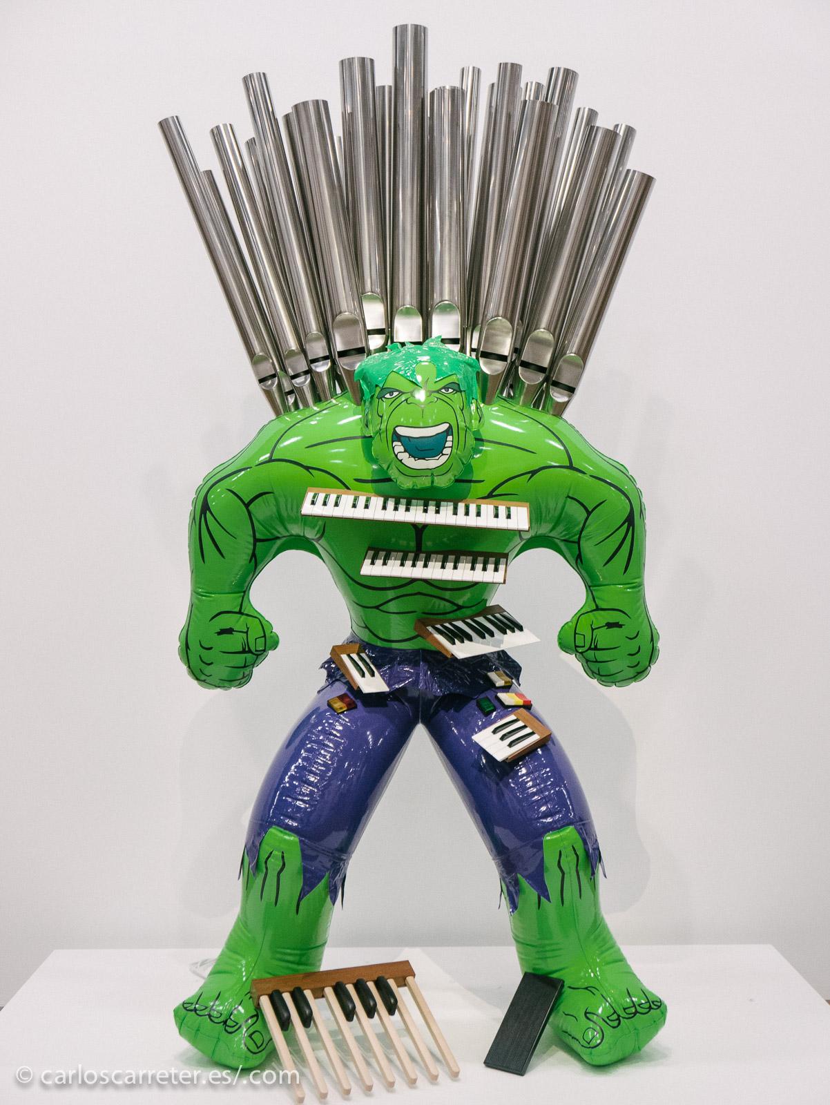 """Los inflables de Koons son muy característicos, y aquí se apropia de un icono de la cultura popular, """"La Masa"""", """"The Hulk"""", para una representación del mundo de la música."""