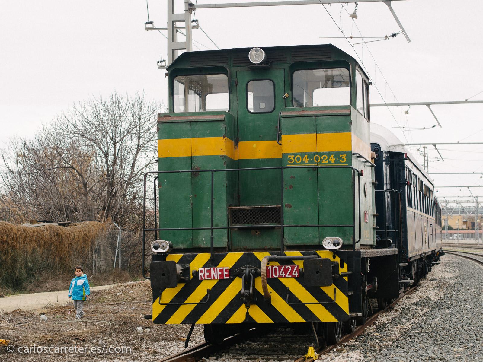 A la cabeza del tren azul un pequeño tractor de maniobras diésel, también preservado, y utilizado para mover el material.
