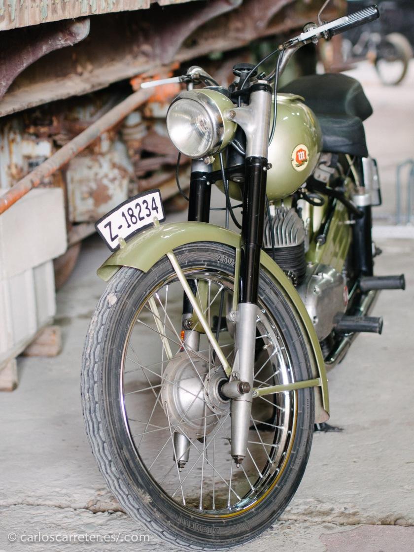La motocicleta Montesa tiene ya unos cuantos años, pero se ve perfectamente cuidada y en buen estado.
