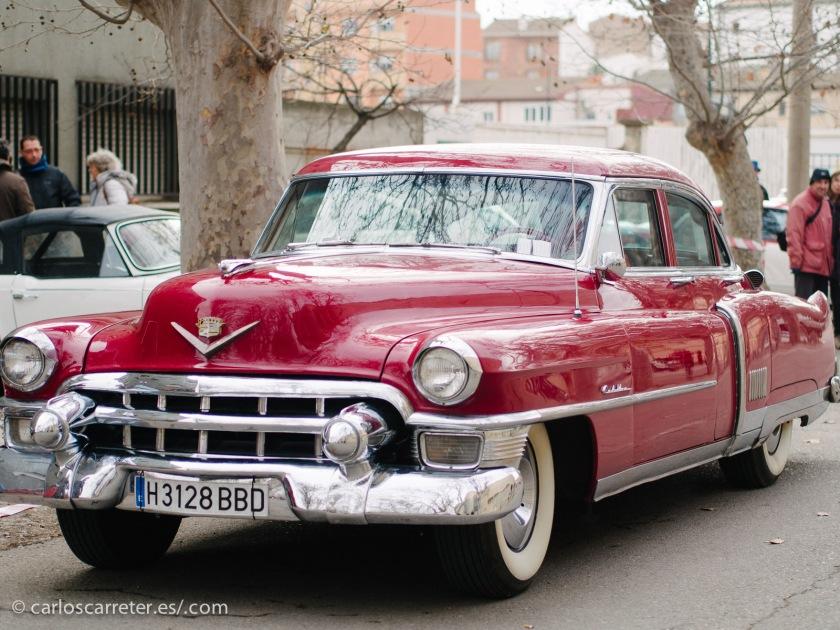 Coches grandes, americanos, muy vistosos, de los que dicen que hay que irse a Cuba para ver en abundancia.