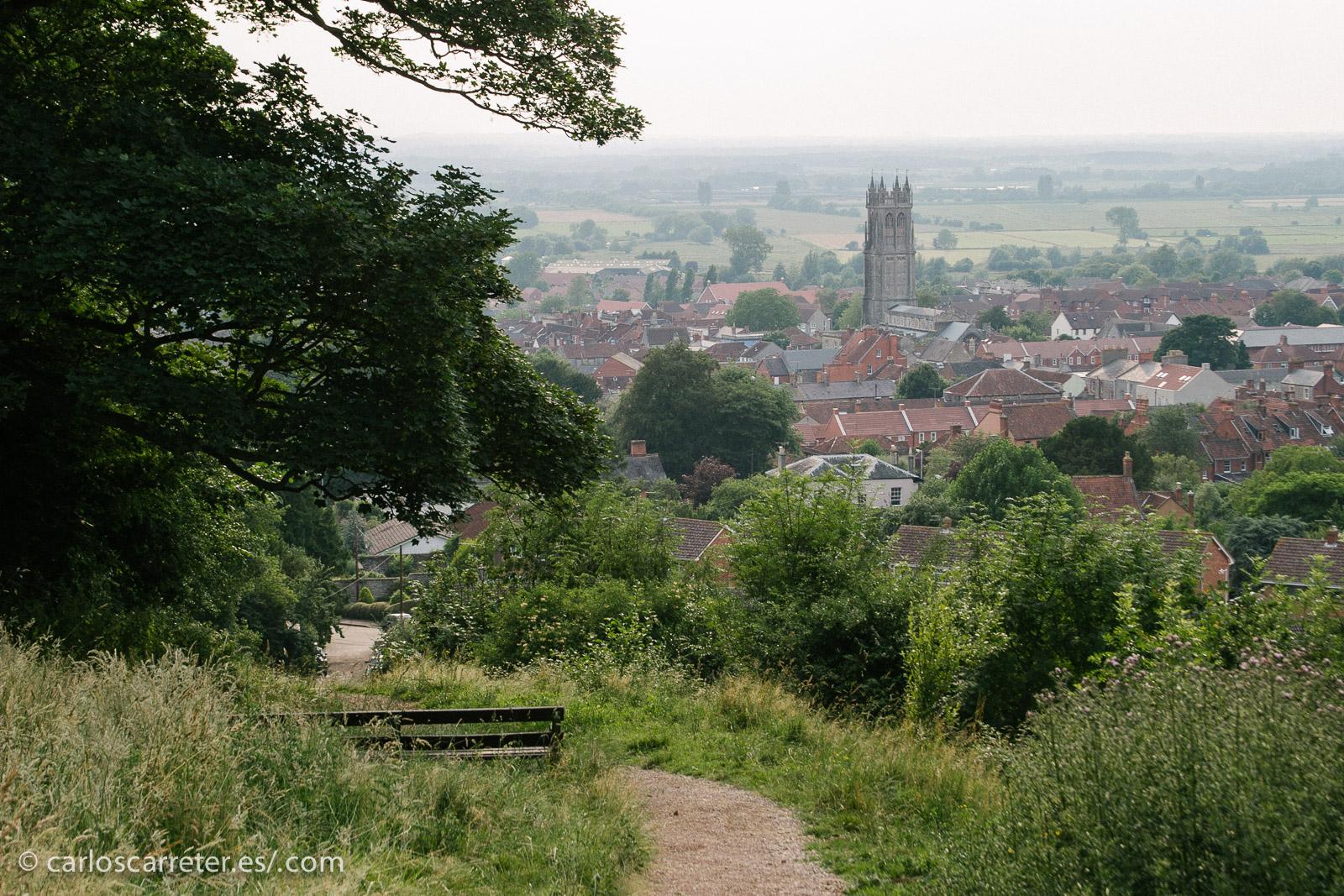 En concreto a Glastonbury, en Somerset, un lugar con mucho sabor mitológico, asociado al ciclo artúrico.