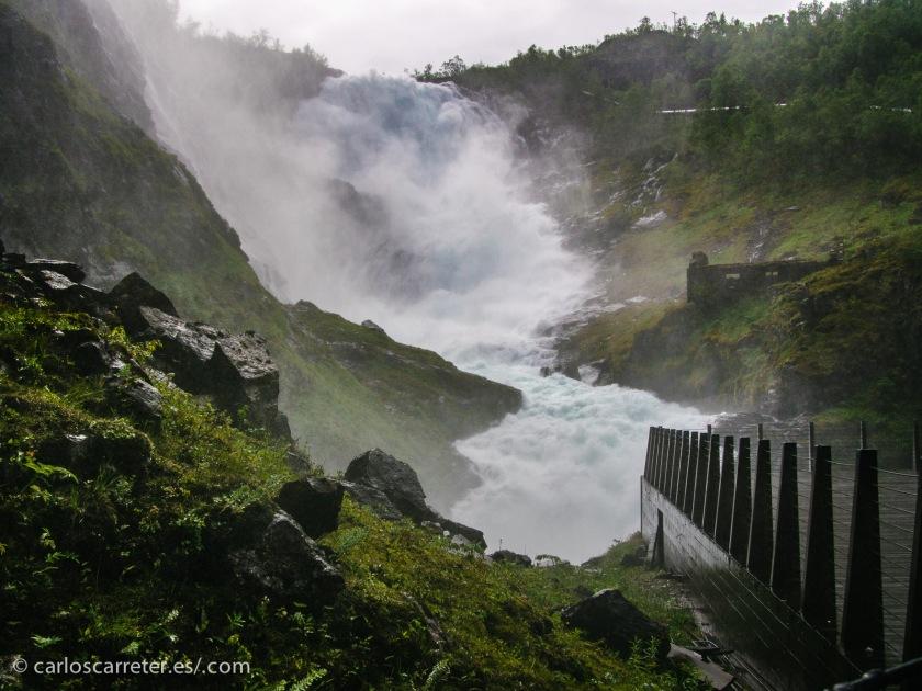 """Y entre ambos puntos, podemos tomar el Flåmsbana y bajar al Nærøyfjord, parando antes a """"tomar una ducha"""" en el salto de agua de Kjosfossen."""