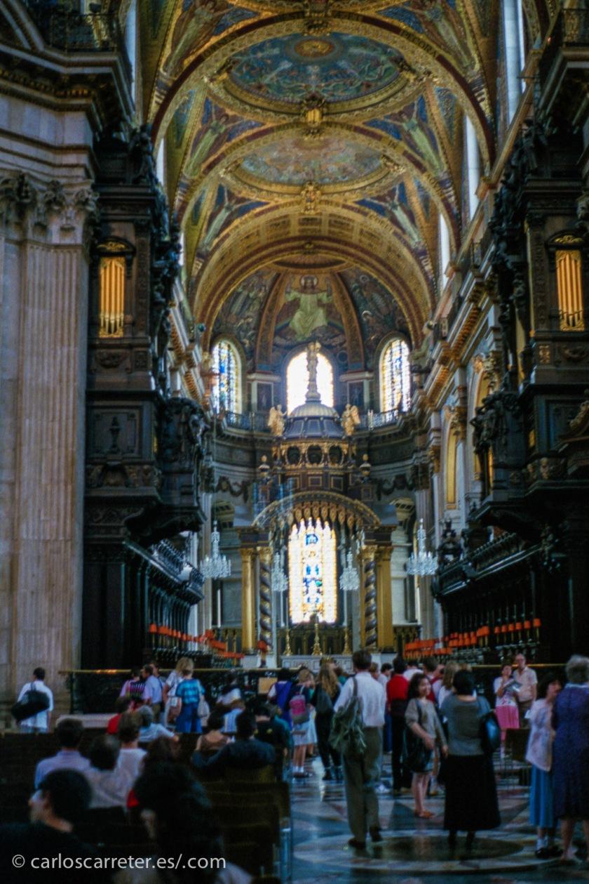 Y en estos días en los que no sales de casa, puedes aprovechar para echar la vista atrás, y aquí estoy reescaneando a mayor calidad mis viajes del verano de 1989... como este interior de la catedral de St. Paul en Londres.