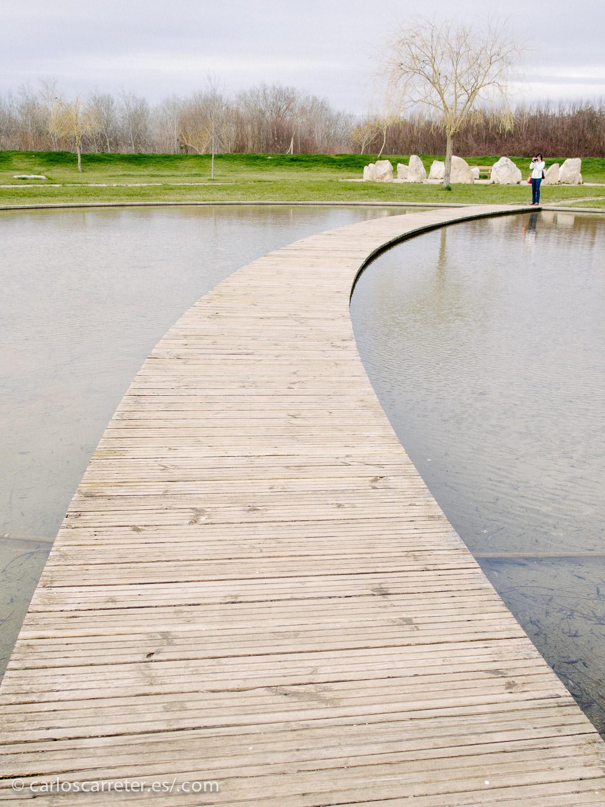 Aunque no sólo piedras encontramos en el jardín. También hay estanques y otros elementos ornamentales.