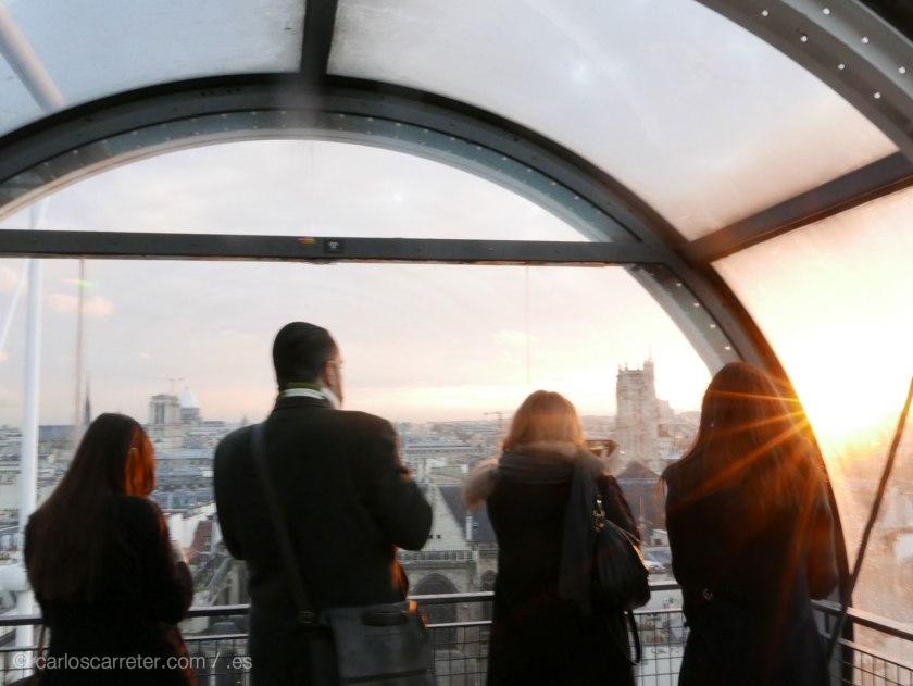 Finalmente, Francia, un poco difuminados, como estos visitantes del Centro Pompidou en un bello atardecer parisino.