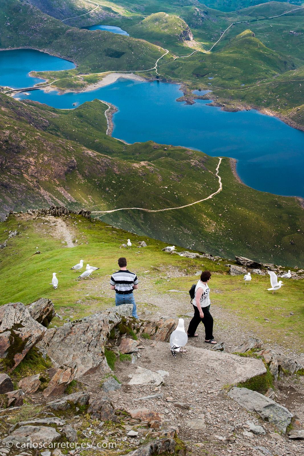 País de Gales, representado por una vista sobre el parque nacional de Snowdonia desde la cima del monte que le da nombre, el monte Snowdon.