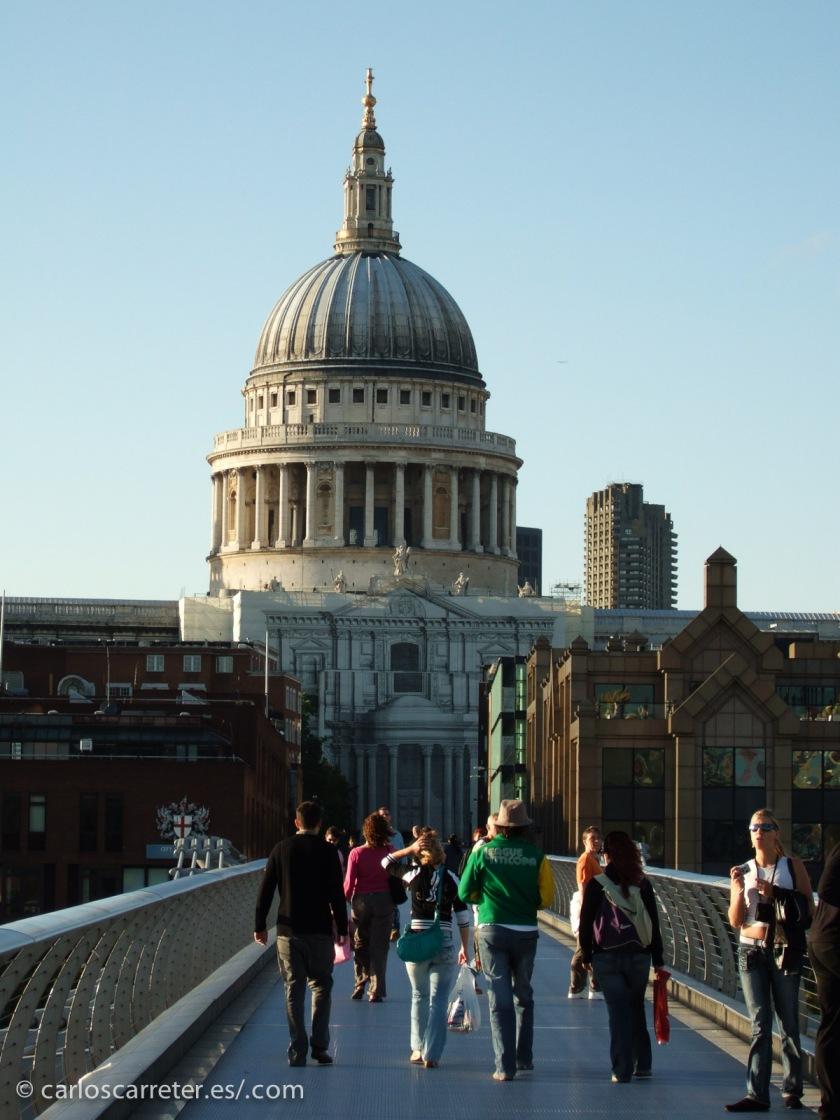 Inglaterra, representada por el puente del Milenio y la majestuosa cúpula de la catedral de San Pablo.