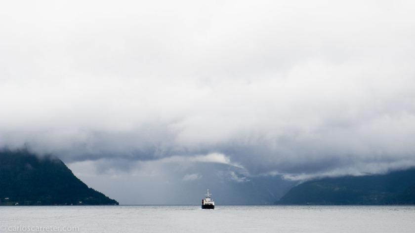Inevitablemente, también nos trasladaremos a Noruega en las fotografías de hoy, aunque sea navegando por el Hardangerfjiord.