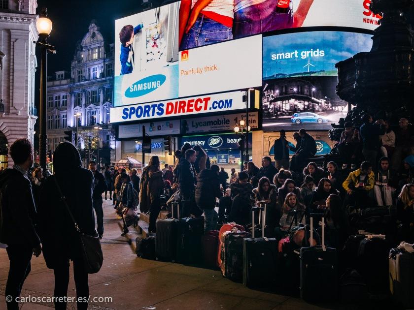 Película muy británica, así que nos pasearemos por Londres,... por Picadilly Circus al anochecer...