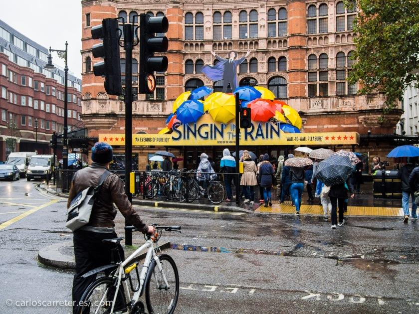 """Irónicamente """"cantando bajo la lluvia"""" por Charing Cross Road..."""