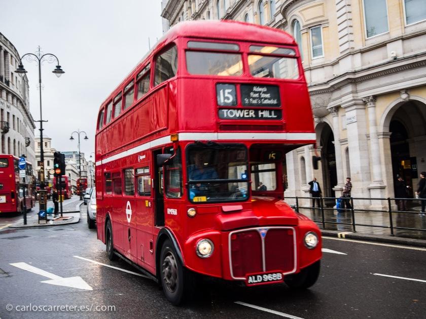 O en uno de los viejos autobuses de dos pisos por el Strand.