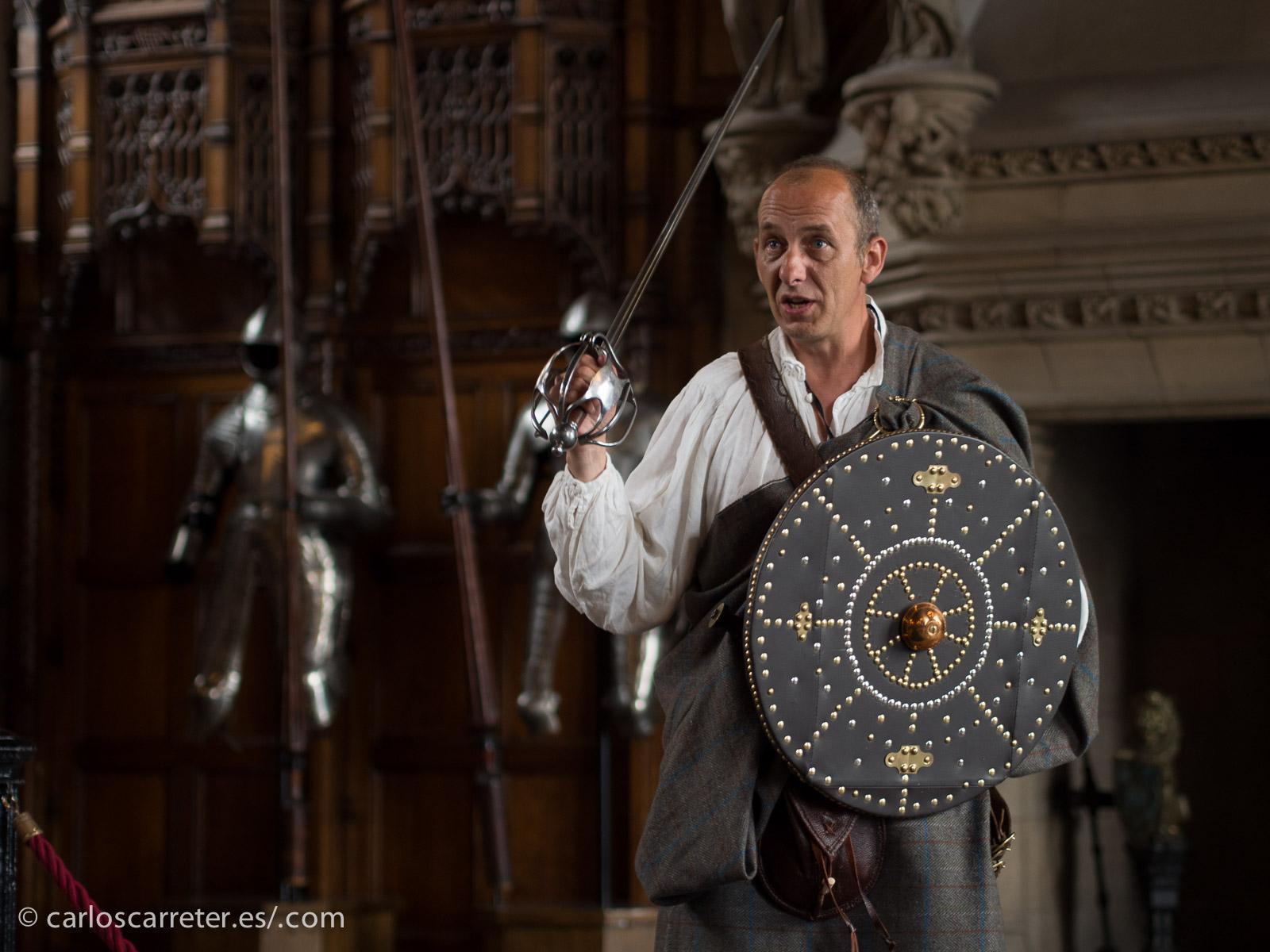Escocia, siempre guerreros como este escocés en el castillo de Edimburgo.