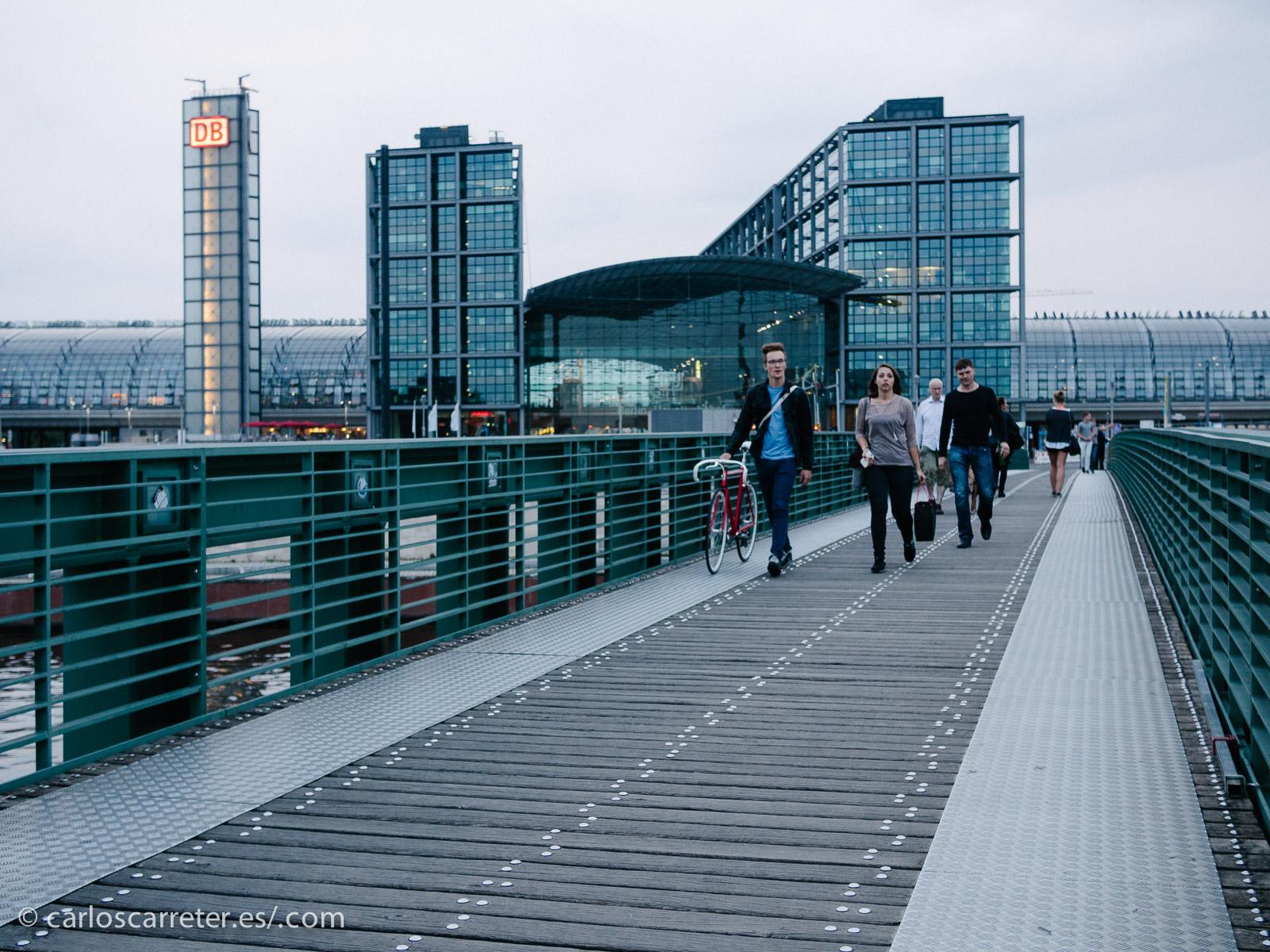 """La Hauptbahnhof (estación central) de Berlín es el primer lugar donde los dos jóvenes altamente preparados se dan sus primeros """"golpes"""" de realidad."""
