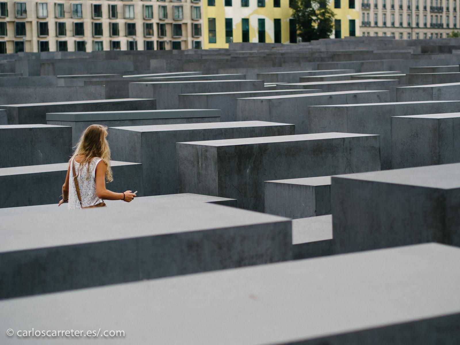 El previsible momento en el que la chica mona y el chico mono se dan cuenta que hay algo incluye una visita turística por Berlín, en la que sólo falta el memorial a los judíos asesinados en Europa. Lo cierto es que la película parece por momentos un publirreportaje turístico de la capital germana.
