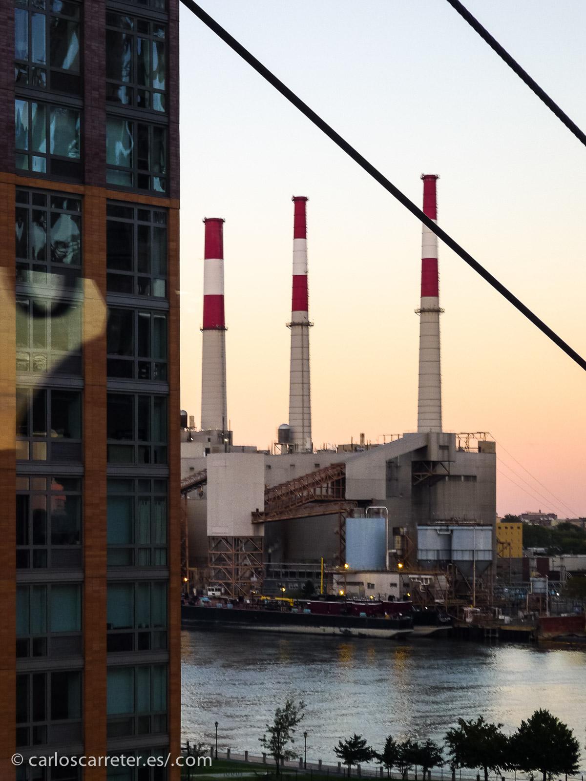 Aunque aparezca menos en las fotografías que habitualmente vemos de Nueva York, la inmensa ciudad también nos ofrece paisajes industriales, especialmente en las riberas de los cursos de agua que rodean las islas que conforman la ciudad.