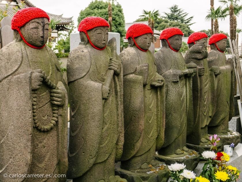 Al igual que Yumiko, nos vamos a Japón, y nos daremos un paseo por Yanaka en Tokio, donde abundan los templos con sus cementerios... acompañaremos a Yumiko en el duelo por su padre.