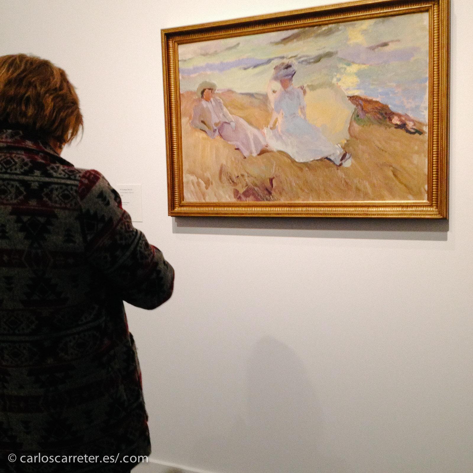 El blanco de los vestidos de las damas en las escenas playeras de Sorolla suele ser el punto de atracción principal del cuadro, y el que condiciona el recorrido de la mirada por el mismo.