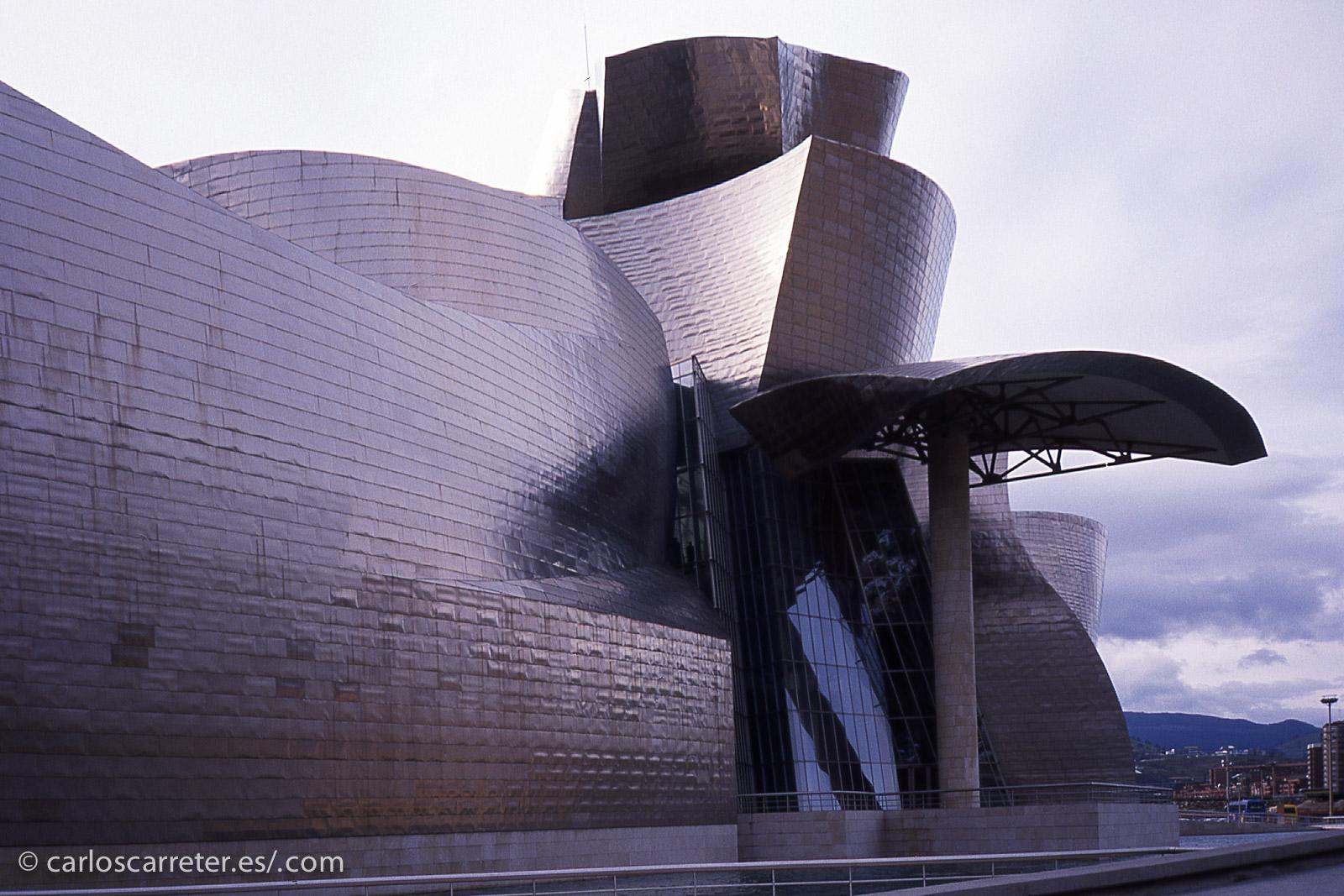 En aquel momento, el monumento actualmente más emblemático de Bilbao, el museo Guggenheim, llevaba poco tiempo abierto, y el poco tiempo libre del que dispuse en aquella visita de trabajo fue para visitarlo.