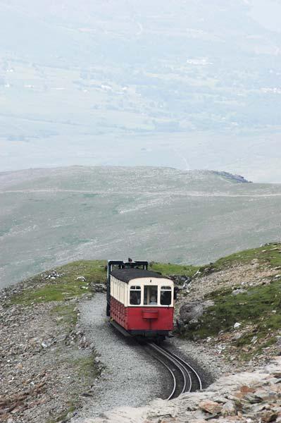 Y desde luego no podemos dejar de ascender al Monte Snowdon, bien sea caminando, bien en el tren de cremallera de vapor que nos dejará casi en la cima.
