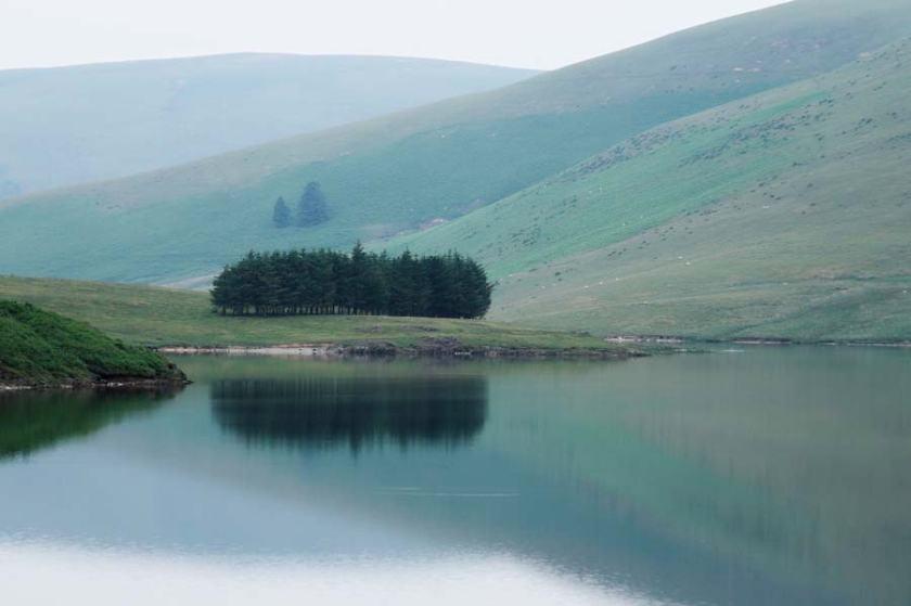 O disfrutar del brumoso paisaje en los antiguos embalses de Ellan Valley.