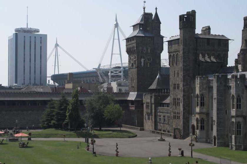 Después de la meritoria victoria de Gales, será el país que visitemos hoy, empezando por el castillo de Cardiff, con vistas al estado del Millenium de la capital galesa.