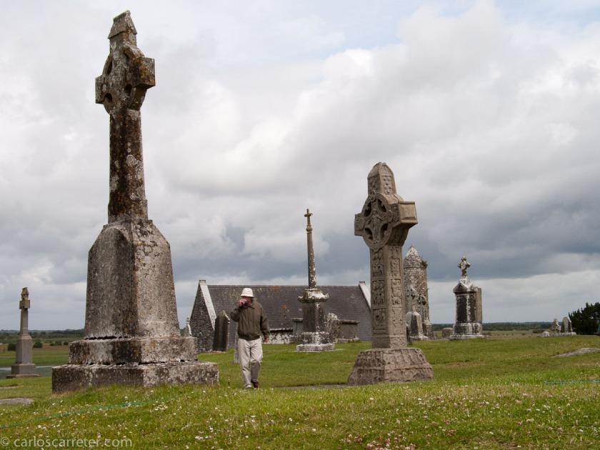 Mientras paseo por el recuerdo por el conjunto paleocristiano de Cloncmacnoise, la película refleja la importancia que la iglesia católica tiene en la vida y en las actitudes de los irlandeses.