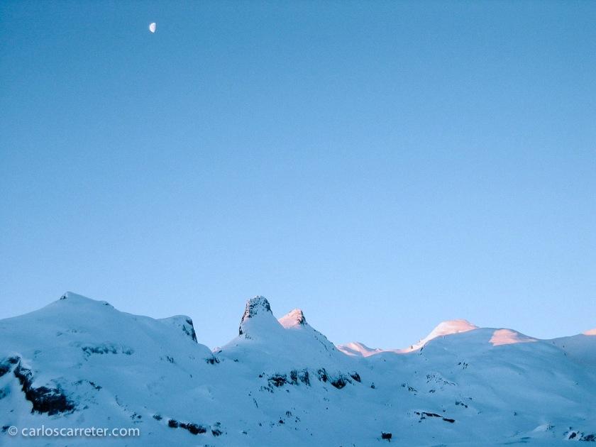 Echo de menos los paisajes de las montañas nevadas, especialmente a primera hora de la mañana, como este del paso fronterizo de Portalé, entre Francia y España, por los Pirineos centrales.
